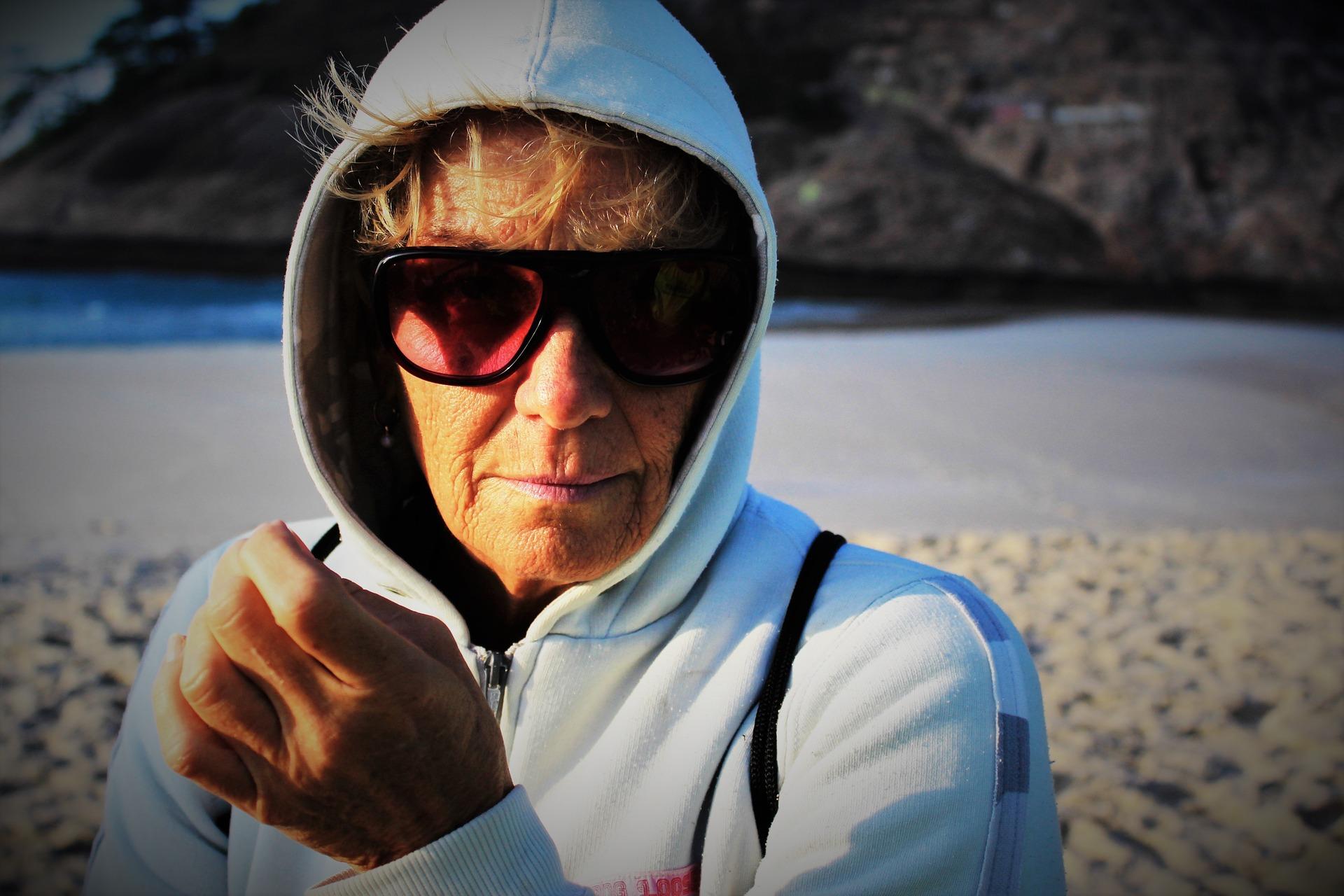 Frau Auswandern Strand alt